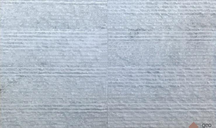 geo Rovátkolt fehér márvány. Lapméret: 30x10x1,2 cm