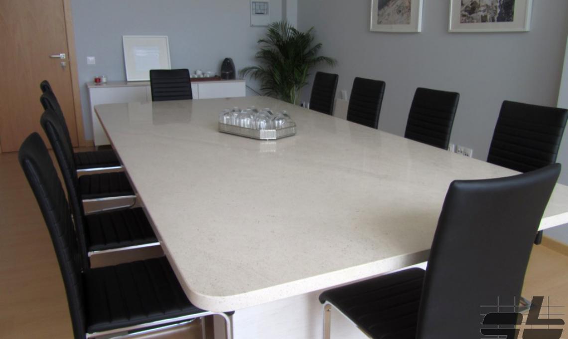 geo Rosal mészkőből készült asztal